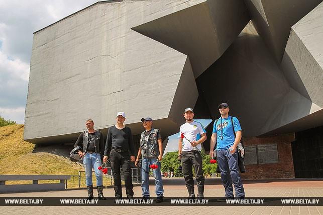 Игорь Карпук (Беларусь), Дмитрий Федин (Казахстан), Серик Мурзабеков (Казахстан), Дамир Бакраденов (а Казахстан), Дмитрий Фишер (Казахстан) у главного входа в Брестскую крепость (слева направо)