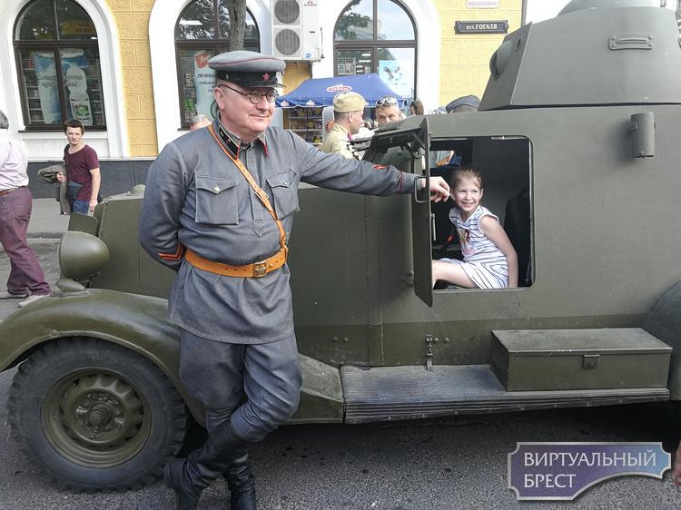Участники военно-исторической реконструкции прошли маршем по улицам Бреста