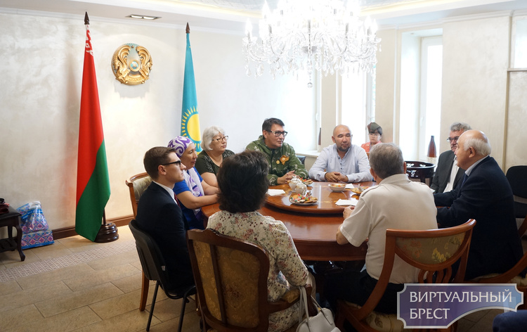 Родственники защитника цитадели над Бугом приехали из Казахстана в Брестскую крепость