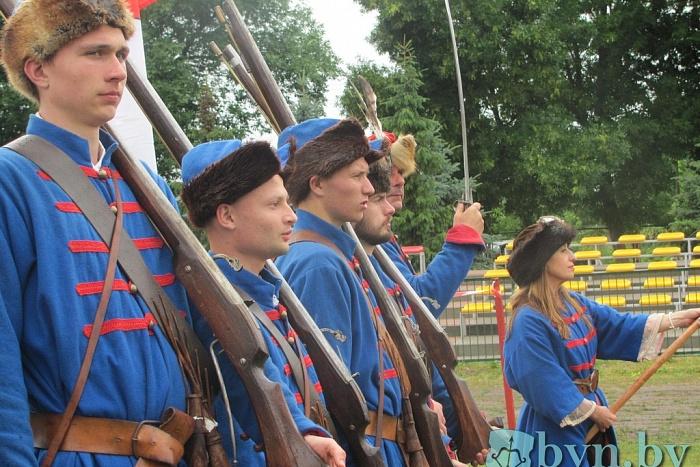 Брестчане и князь Радзивилл побывали на стрельбе из 400-летних пушек в Тересполе