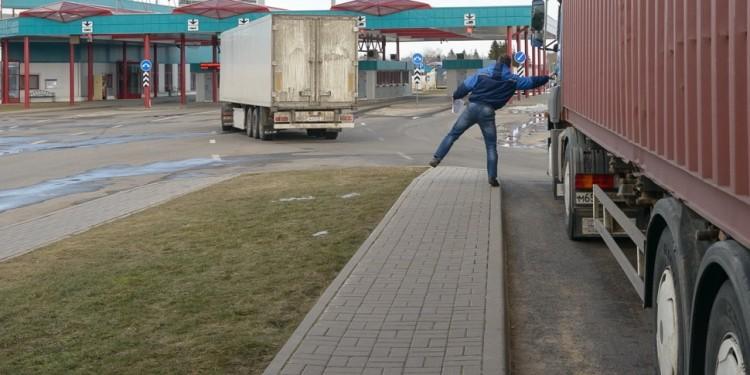 Ошиблись страной? В грузовике, вернувшемся из-за границы, водитель нашел двух «зайцев»