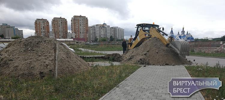 Часть микрорайона Лагуна в Бресте осталась без воды - люди набирают её из бочек