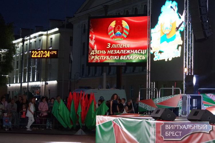 Віншаванне ад кіраўніцтва горада жыхарам Брэста з Днём Незалежнасці Рэспублікі Беларусь