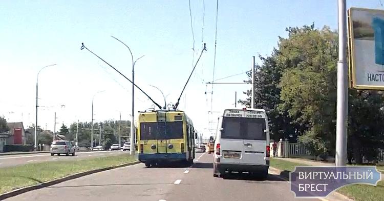 """Троллейбус устроил """"гонки"""" по левой полосе, а потом что-то пошло не так"""