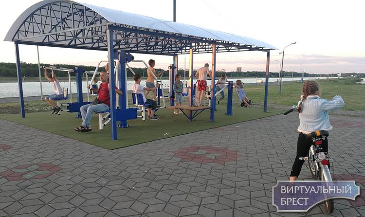 Уличные тренажеры на Гребном канале уже доступны желающим. 10 июля официальное открытие