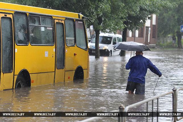 Сильный ливень подтопил улицы в центре Бреста