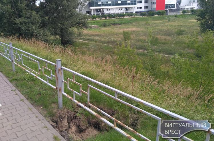 Дожди подмыли тротуар на мосту 28-го Июля: уже надо паниковать или и так сойдёт?