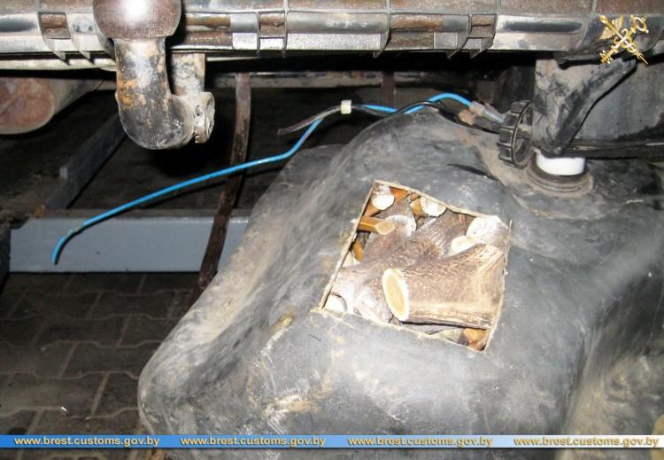 В топливном баке автомобиля мужчина вез из Украины 90 кг распиленных оленьих рогов