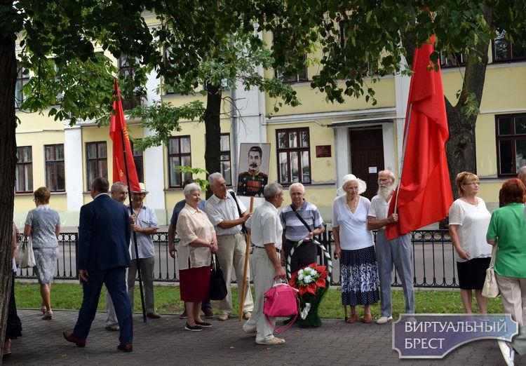 Праздничные мероприятия в Бресте начались с возложения цветов на пл. Свободы