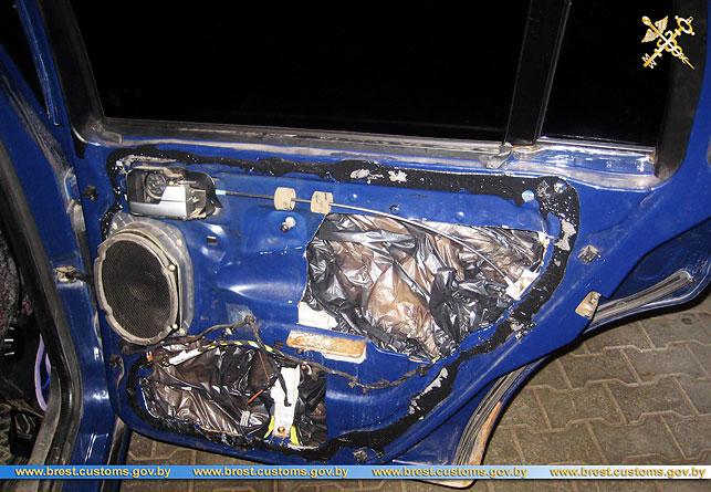Украинец пытался провезти через границу почти 100 кг сала в тайниках своего автомобиля