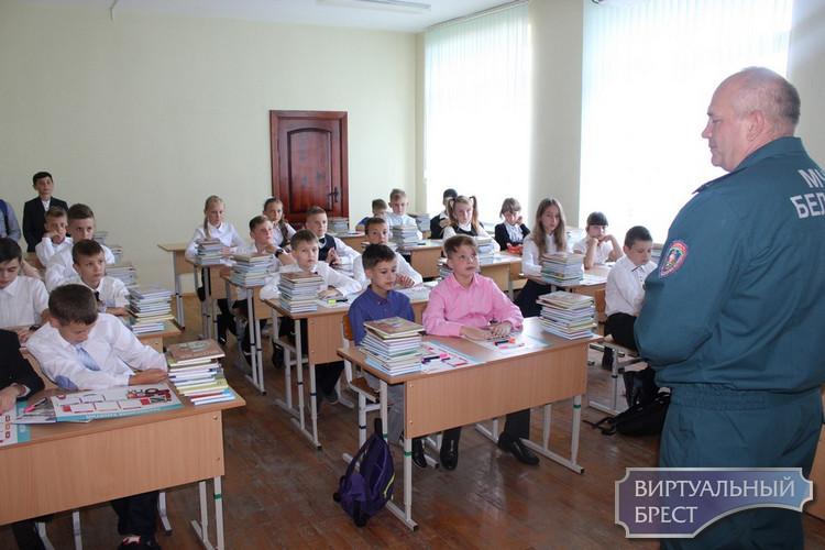 Первые уроки в День знаний в  классах профессиональной направленности провели спасатели