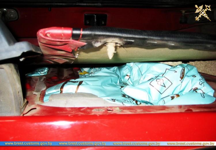В тайниках микроавтобуса обнаружена партия смеси для приготовления мороженого