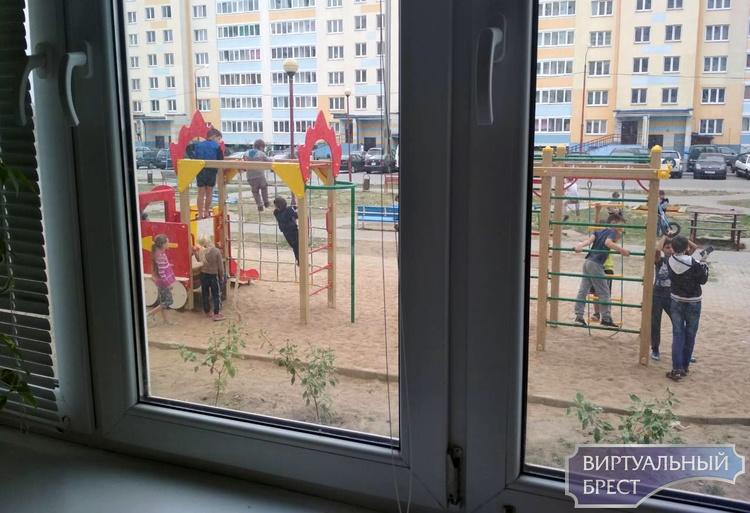 Новенькую детскую площадку установили прямо под окнами дома. Жильцы против. Почему?