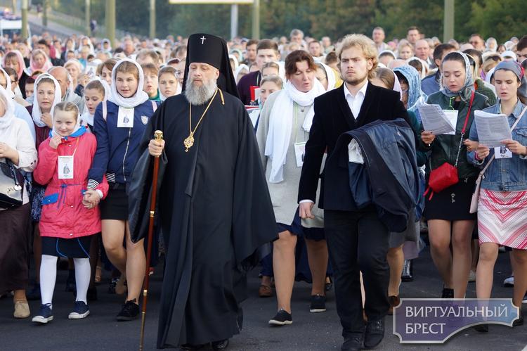 Крестным ходом прошли верующие утром 18 сентября 2018 года по городу Бресту