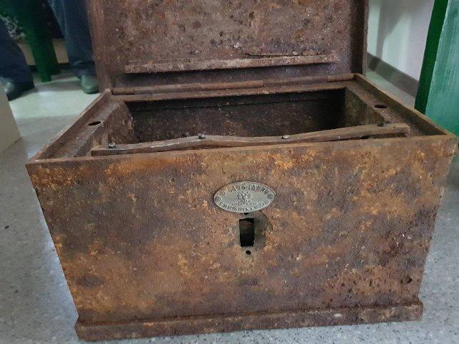Сундук с книгой и монетами найден при реконструкции Коссовского дворца