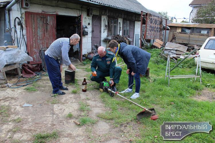 Спасатели Бреста посетили ветеранов ВОВ, одиноко проживающих пенсионеров и инвалидов и помогли пожилым людям по хозяйству