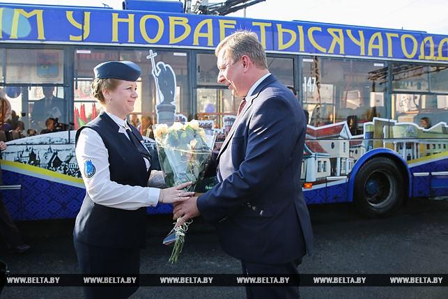 Председатель Брестского горисполкома Александр Рогачук дарит цветы водителю троллейбуса Брестского троллейбусного парка Татьяне Поляковой