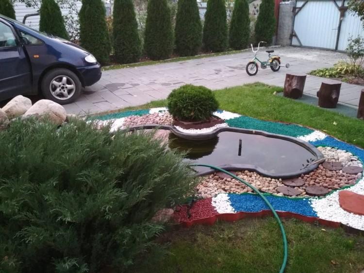 В Лунинце, пока отец чистил автомобиль, в декоративном пруду утонул годовалый ребёнок