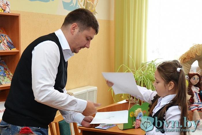 Девочка и крокодил. Детский писатель Павел Гушинец встретился с юными брестчанами