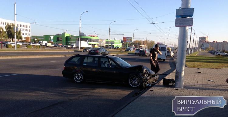 В ГАИ рассказали обстоятельства ДТП с участием БМВ и столба. Там был ещё и Audi