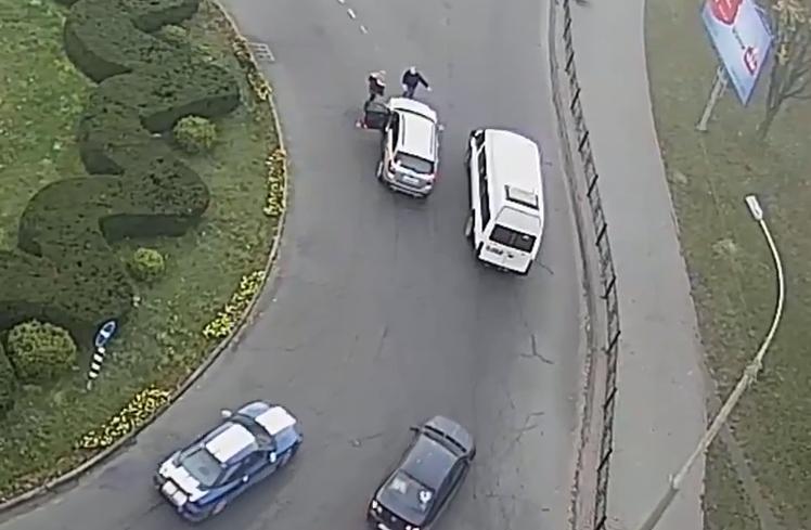 На кольце бульвара Шевченко два водителя выясняли отношения - кто прав и как тут ездить