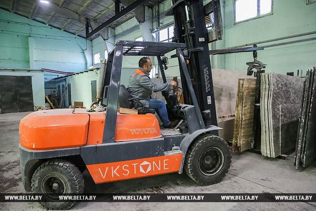 Во время транспортировки гранитных плит в цехе ООО