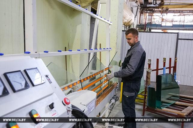 Полировщик стекла и стеклоизделий Роман Романюк за работой на стеклополировочном станке
