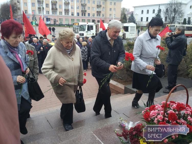 «Ленин всегда живой…», - звучало сегодня во время митинга на центральной площади Бреста
