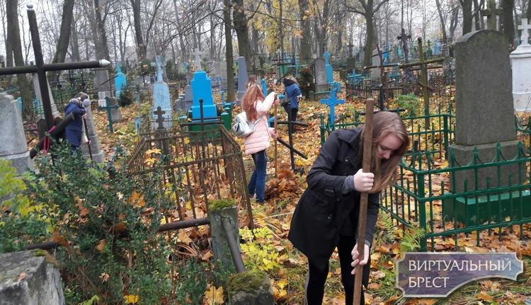 Активисты взялись «#ЗаДело!» и организовали уборку на территории Тришинского некрополя