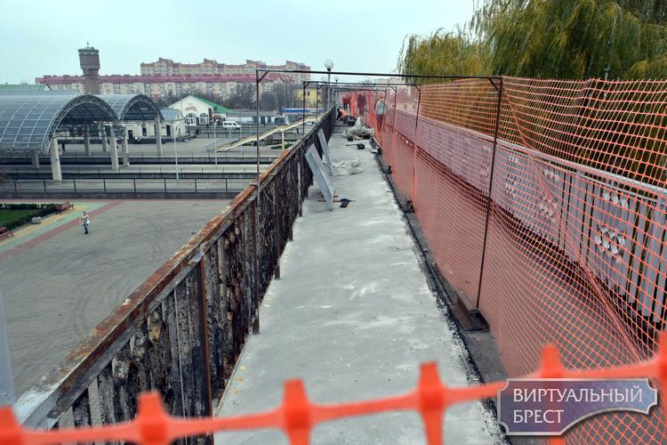 Пешеходный мост к ЖД вокзалу ремонтируют, на отдельных его участках затруднено движение