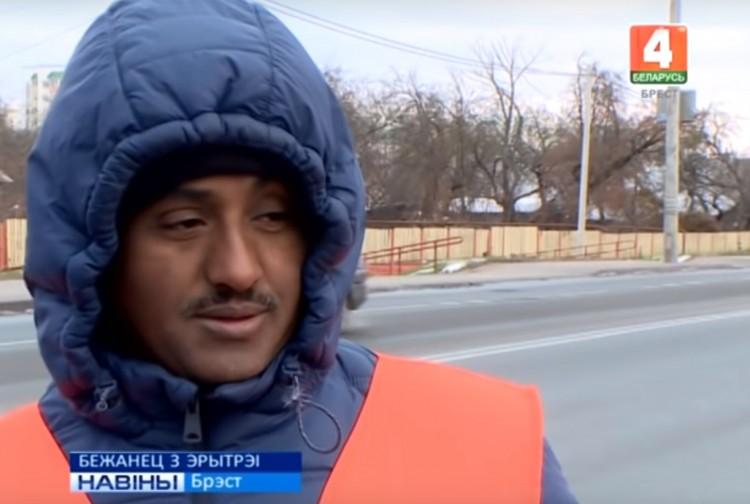 Беженец из африканской Эритреи работает в Бресте дворником