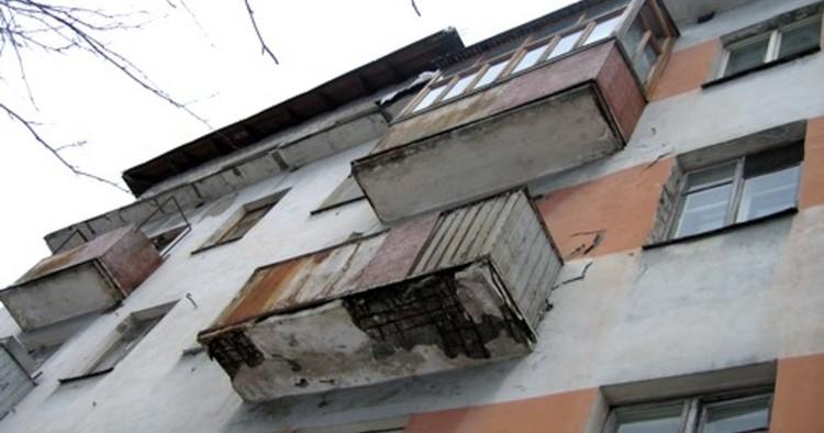Брестчанка курила на перилах балкона и случайно сорвалась вниз