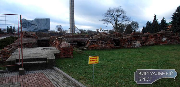 На руинах Белого Дворца в Брестской крепости начались работы, но какие, пока непонятно