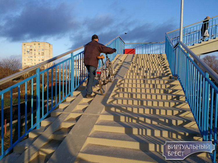 Новый пешеходный мост через ЖД пути на Берёзовке открыли, пока с ограничениями