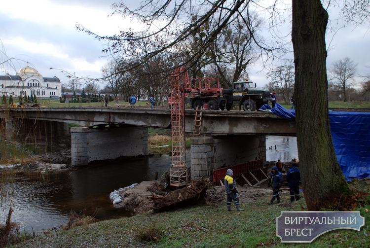 В Брестской крепости продолжается реконструкция моста