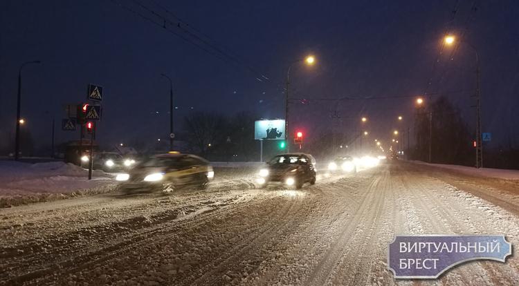 """Метель в Бресте значительно затруднила условия дорожного движения - везде """"пробки"""""""