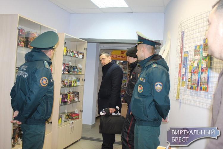 Рейд по объектам продажи пиротехники провели в Бресте сотрудники МЧС