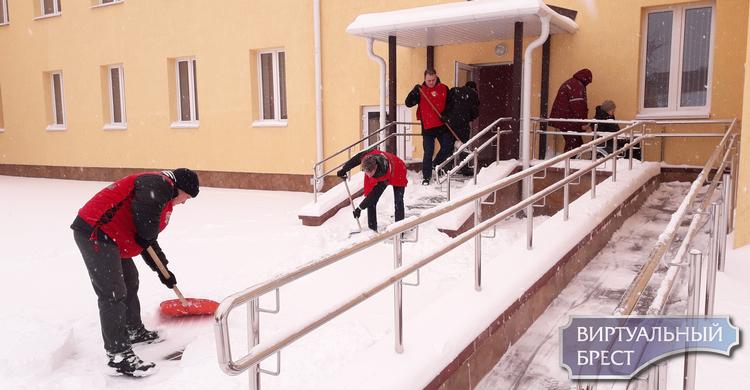 Молодежь Бреста активно включилась в работу по уборке снега