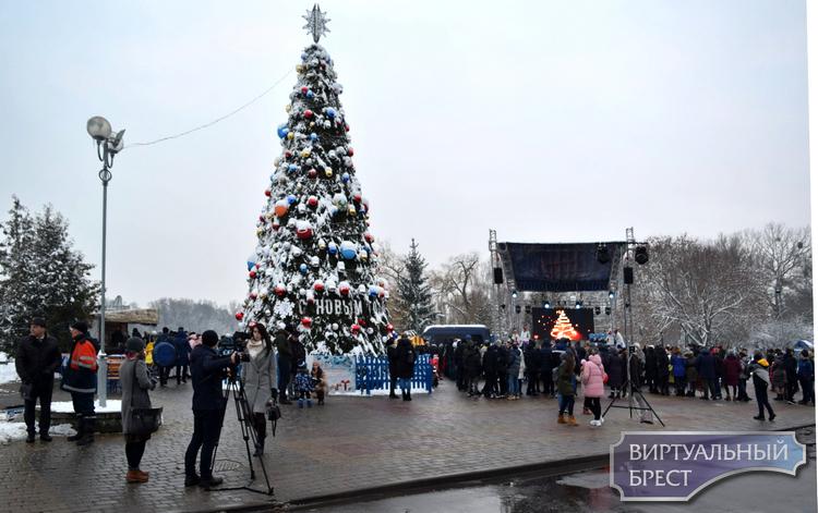 """Как на Набережной """"открывали"""" первую Новогоднюю ёлку в Бресте"""