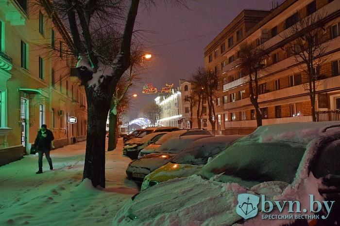 В Бресте со снегопадом боролись 45 машин и больше 200 работников «Коммунальника»
