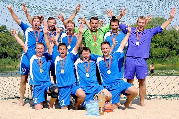 За бронзу на песке. Брестский «ПроДом» чествовали за первые медали чемпионата Беларуси по пляжному футболу
