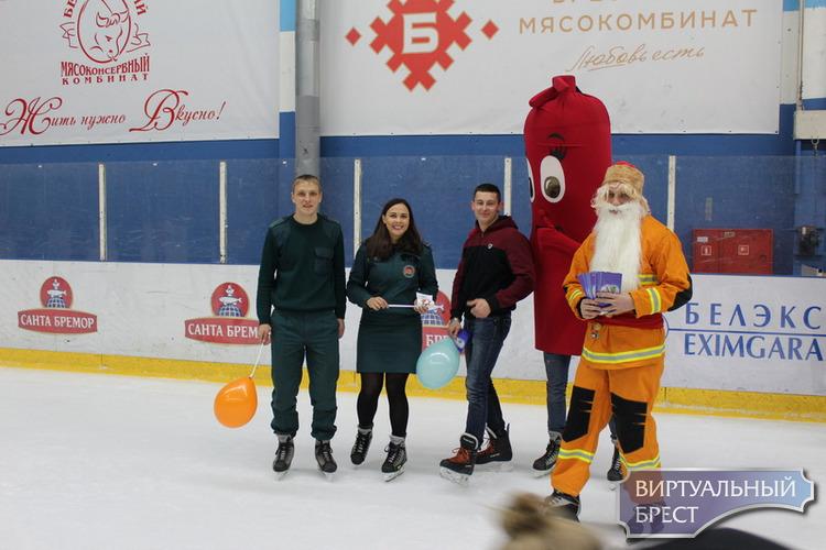 Пожарный Дед Мороз и ростовая кукла огнетушитель вышли на ледовую арену г.Бреста