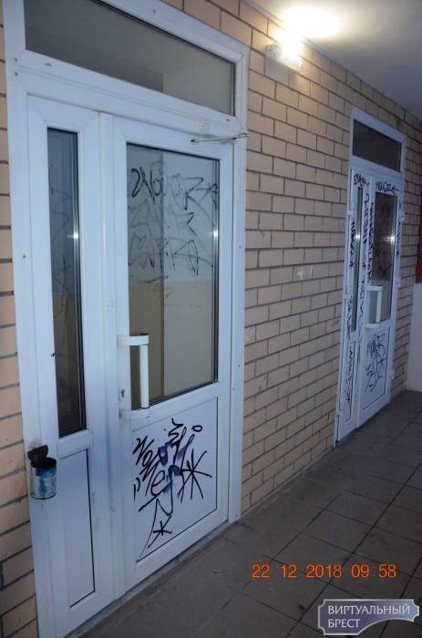 """Пацаны разрисовали лифт и двери в доме по ул. Морозова и """"прославились"""" на весь Брест"""