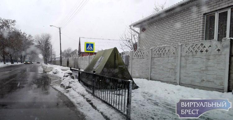 Невероятно! Кто-то установил палатку на улице и живёт в ней?