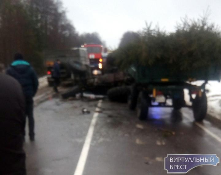 На трассе под Малоритой в результате ДТП опрокинулся трактор. Водитель погиб