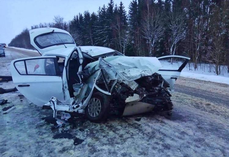 Под Столбцами Hyundai влетел во встречный грузовик: водитель легковушки и его жена погибли