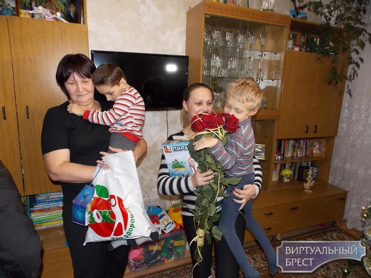 По традиции республиканской новогодней благотворительной акции «Наши дети» - к семье Хинич