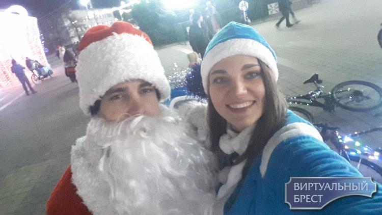 Снегурочка Марина и Дед Мороз Сергей поздравляли брестчан с Новым Годом на велосипедах