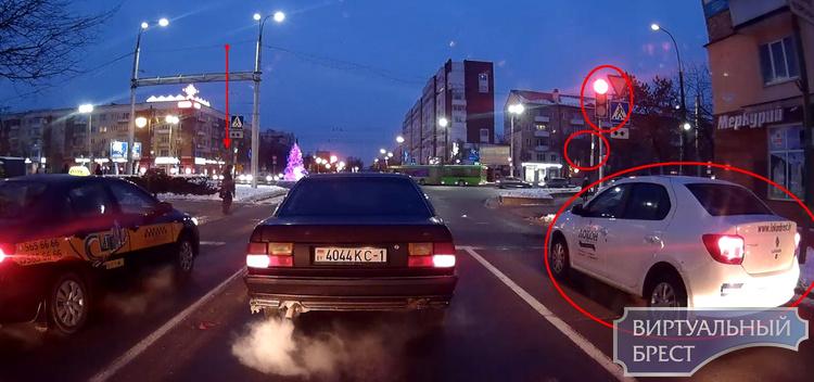 Автомобиль едва не сбил (но коснулся) пешехода, который не успел перейти переход