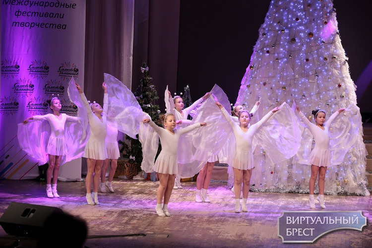 Юные вокалисты и танцоры выступили «В гостях у Деда Мороза»